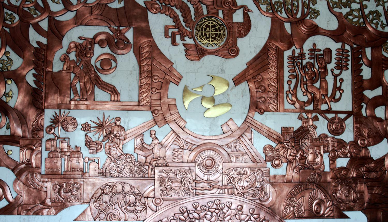景观十:《生命之歌》锻铜浮雕壁画 《生命之歌》是镶嵌在国际DNA生命科学馆里的一副铜制壁画,长60米,高1.5米。壁画中,有寓示吉瑞的龙凤呈祥,有象征长寿的松鹤延年,有自由奔放的现代飞天,有挺拔葱郁的参天大树,还有原子团、太极图、双螺旋、万里长城、自由女神、比萨斜塔、灵动飞翔的鸽子、长寿的仙人彭祖、进化论的奠基人达尔文整个壁画融古贯今,中西合璧,直接表达了珍奥诚信、简约、结盟、共赢的管理原则,深刻昭示了珍奥立足生命科学,造福人类健康企业宗旨。